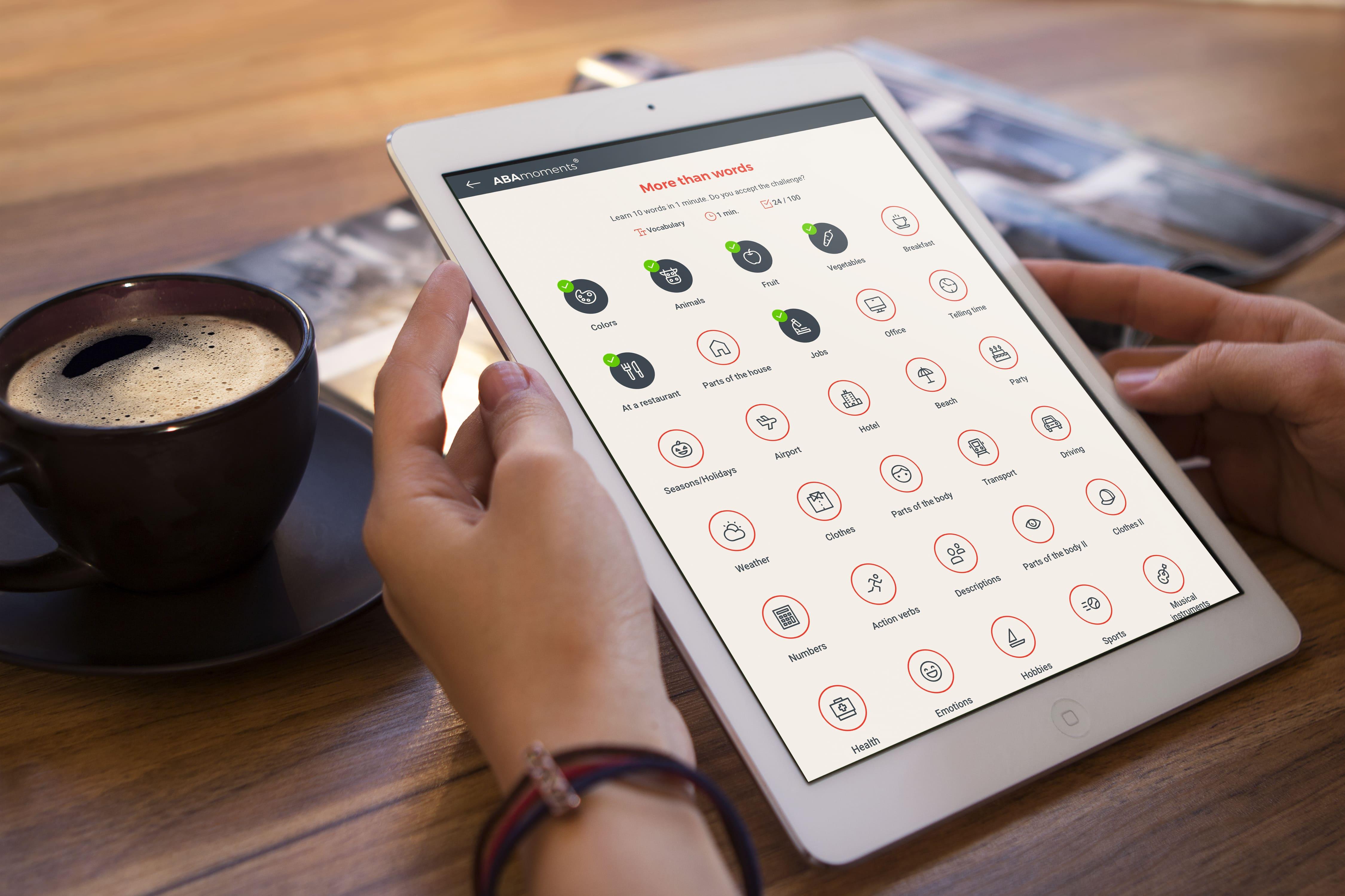 Exemplo da atividade More than words no app do curso intensivo de inglês online da ABA English em um tablet.